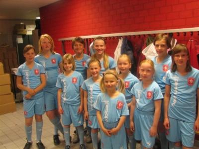 En meteen werden de meiden begeleid naar de kleedkamer - Grote kleedkamer ...